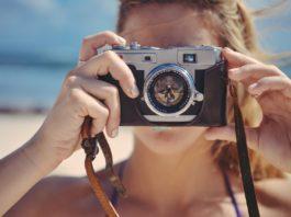 Blondes Mädchen mit Fotoapparat