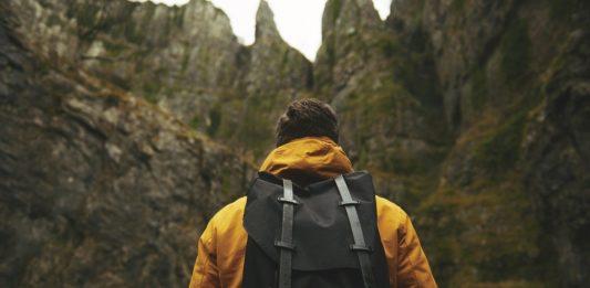 Wanderung: Mann mit Rucksack